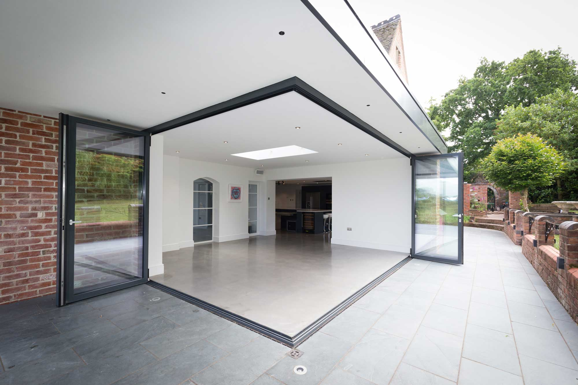 bi-folding doors with cornerless opening and seamless level threshold